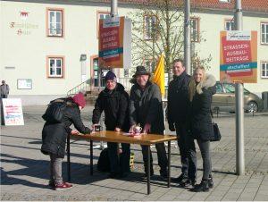 Am Aktions- und Informationsstand der Freien Wähler trafen die Bürgerinnen und Bürger auf den Ortsverbandvorsitzenden Holger Seidel (2. v. re.) sowie die Vorstandsmitglieder und FW-Stadträte Reinhold Braun (Mitte) und Joachim Hörnig (2. v. li.).