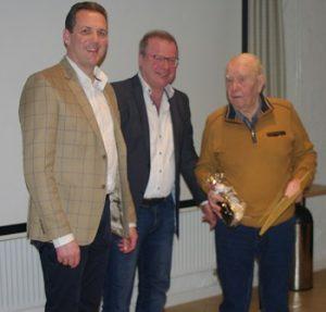 Dagobert Strauch (re.) wurde vom Ortsvorsitzenden Holger Seidel (li.) und dessen Stellvertreter Reinhold Braun zum Ehrenmitglied der Freien Wähler ernannt.