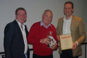 Ernst Weißenberger (Mitte) erhält aus den Händen von Ortsvorsitzendem Holger Seidel (re.) und dessen Stellvertreter Reinhold Braun die Ernennungsurkunde zum Ehrenmitglied.